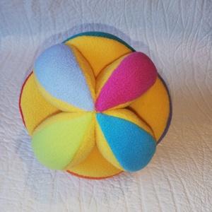 Készségfejlesztő labda babáknak!, Gyerek & játék, Játék, Baba játék, Készségfejlesztő játék, Varrás, Színes Montessori készségfejlesztő labda babáknak!\n\nFejlesztő játék néhány hónapos babáknak, akiknél..., Meska