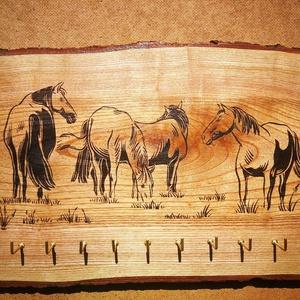 Lovas fali kulcstartó, Otthon & lakás, Dekoráció, Kép, Famegmunkálás, Kőris fára égetett lovas kép, tetszőleges számú kulcsakasztóval. Ahogy nincs két egyforma fa, erezet..., Meska
