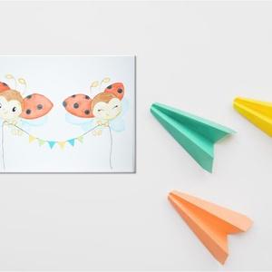 Katica fiú és Katica lány zászlókkal a kezükben repülve, Gyerek & játék, Dekoráció, Otthon & lakás, Lakberendezés, Festészet, Fotó, grafika, rajz, illusztráció, Akvarell festékkel és akvarell ceruzával, előre alapozott (280g) feszített pamut vászonra készült fe..., Meska