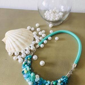 Tengerpart fonalas -  gyöngyös dupla nyakèk, Ékszer, Ékszerszett, Az idén a tengerparti nyaralás elég kockázatos vállalkozás. Ez a dupla nyakék színeiben elénk idézi ..., Meska