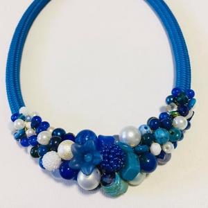 Kék fehèr gyöngy nyakèk jade gyöngyökkel, Ékszer, Statement nyaklánc, Nyaklánc, Festett jade gyöngyökből komponáltam ezt a nyakéket, amit ugyan már elvittek, de tudok készíteni has..., Meska