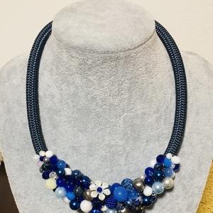 Kék és fehér gyöngy  nyakék, Ékszer, Nyaklánc, Gyöngyös nyaklác, Kék fehér és ezüst  gyöngyökbōl készítettem  ezt a nyakéket  Nyakék hossza 46 cm , Meska