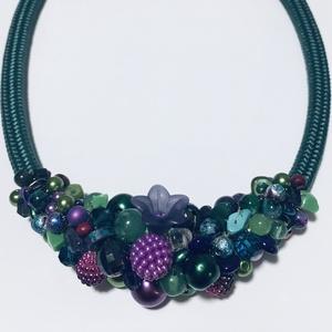 Zöld és lila gyöngyökből készült nyakék, Esküvő, Ékszer, Nyaklánc, Smaragd zöld és lila gyöngyök alkotják ezt a szépséges  nyakéket. Tudok hozzá készíteni karkötőt ill..., Meska