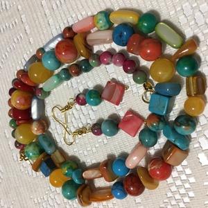 Tavaszváró gyöngyök , Ékszer, Ékszerszett,  Színes, kagyló és ásvány gyöngyökből készült hosszú nyaklánc hozzáillő fülbevalóval Nyaklánc hossza..., Meska