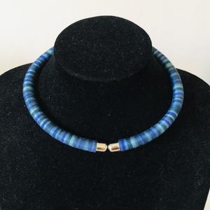 Színàtmenetes kék  fonal nyakèk, Ékszer, Nyaklánc, Medál nélküli nyaklánc, 8mm vastag alapra dolgoztam rà a színàtmenetes fonalat, kialakítva így egy nyak èket Nagyon könnyū, ..., Meska