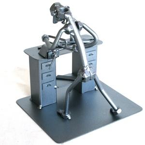 Lakatos fémfűrésszel, Dísztárgy, Dekoráció, Otthon & Lakás, Fémmegmunkálás, Kovácsoltvas, A szoborra kérhető gravírozás is felár ellenében!\n\nMéretek:\nMagasság: 180 mm\nHossz: 150 mm\nSzélesség..., Meska