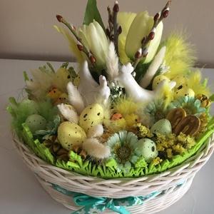 Húsvéti asztaldísz fehér kosárban, Húsvéti díszek, Ünnepi dekoráció, Dekoráció, Otthon & lakás, Lakberendezés, Fonás (csuhé, gyékény, stb.), Virágkötés, Az asztaldísz alapja egy 27x17x9cm-es ovál kosár, melyet natúr peddignádból fontam és utána akril fe..., Meska