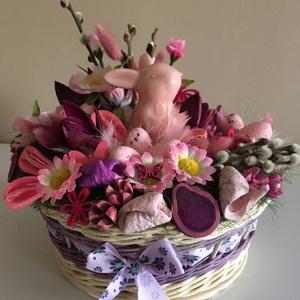 Lila rózsaszín asztaldísz, Asztaldísz, Dekoráció, Otthon & Lakás, Fonás (csuhé, gyékény, stb.), Virágkötés, Az asztaldísz alapja egy 20 cm átmérőjű kerek fonott kosár, amit lila és natúr peddignádból fontam é..., Meska