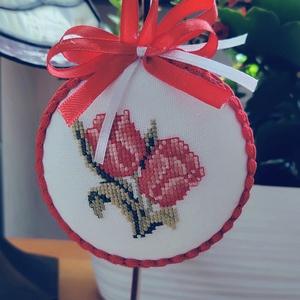 Tulipános tavaszi dísz, Otthon & Lakás, Dekoráció,  A motívum keresztszemes hímzéssel készült; ezt hungarocellalapra rögzítettem. Akasztható, így több ..., Meska