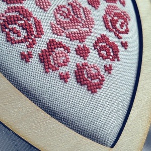 Szív fakeretben, Otthon & Lakás, Dekoráció, A motívum keresztszemes hímzéssel készült. Kiváló ajándék lehet bármilyen alkalomra., Meska