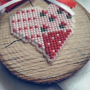 Szív faszeleten, Otthon & Lakás, Dekoráció, A motívum keresztszemes hímzéssel készült plasztikra. Ez natur faszeletre került. Kedves kis ajándék..., Meska