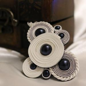 Sujtás nyaklánc matt szilvakék gyöngyökkel, Ékszer, Nyaklánc, Medál, A medált különböző méretű körökből állítottam össze, melyeknek közepét egy darab matt szilvakék üveg..., Meska