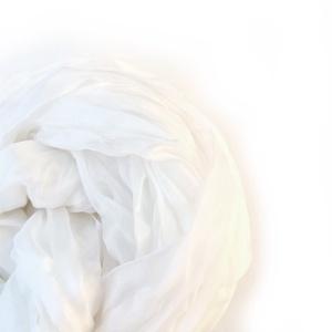 fehér selyemsál STÓLA méretben , Ruha & Divat, Sál, Sapka, Kendő, Selyemfestés, Nagyobb méret - nagyobb hatás; fehér selyemzuhatag. (A selyem természetes, kissé gyöngyházfényű  tör..., Meska