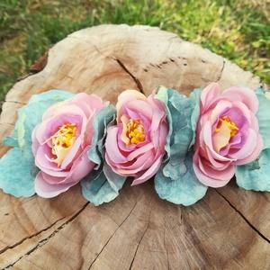 virágos hajdísz, hajgumi, Táska, Divat & Szépség, Hajbavaló, Ruha, divat, Hajgumi, Hajpánt, Virágkötés, Kedves kis hajdísz, selyemvirágból;\n jó minőségű gumipánton.\nKislánynak, nagylánynak, fiatal lelkű h..., Meska