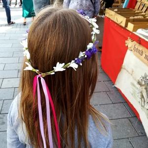 Koszorú, levendulás hajdísz, Táska, Divat & Szépség, Ruha, divat, Hajbavaló, Hajgumi, Hajpánt, Virágkötés, Finom kis koszorú, fehér virág- és levenduladíszítéssel, pink szalaggal. Szokott más színű pántlikás..., Meska