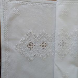 Fehér asztali futó, Otthon & Lakás, Lakástextil, Hímzés, Fehér takácsvászonra, fehér osztott fonallal hímzett asztali futó.. Mérete 42x87 cm. Kézi hímzéssel,..., Meska