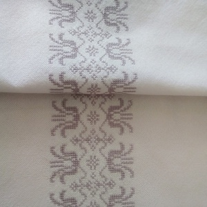 Tulipán mintás asztali futó, Otthon & Lakás, Lakástextil, Hímzés, Fehér takácsvászonra, visszafogott lila színnel, keresztszemes hímzéssel készült asztali futó. Méret..., Meska