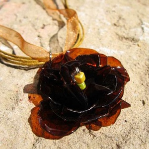 Barna virág pet palackból készült medál, Medál, Nyaklánc, Ékszer, Újrahasznosított alapanyagból készült termékek, Barna pet palackból aprólékos munkával készített virág formájú medál sötétbarna organza szalagon.\n\na..., Meska