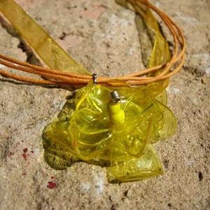 Sárga virág pet palackból készült újrahasznosított medál, Medál, Nyaklánc, Ékszer, Újrahasznosított alapanyagból készült termékek, Sárga pet palackból aprólékos munkával készített virág formájú medál sárga organza szalagon.\n\na virá..., Meska
