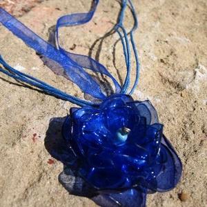 Kék virág pet palackból készült újrahasznosított medál, Medál, Nyaklánc, Ékszer, Újrahasznosított alapanyagból készült termékek, Kék pet palackból aprólékos munkával készített virág formájú medál kék organza szalagon.\n\na virág le..., Meska