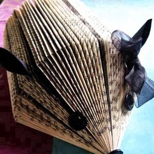 Könyvsün lány mindenféle papírok tartására való, sünformájú, újrahasznosított ajándék  (Laurato) - Meska.hu