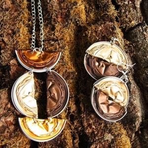 Nespresso kávékapszula újrahasznosított ékszerszett bézs, barna, arany és bronz színekkel, Ékszerszett, Ékszer, Újrahasznosított alapanyagból készült termékek, Nespresso kávékapszulákból készült ez az ékszerszett, nyaklánc és fülbevaló tartozik hozzá. A medál ..., Meska