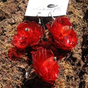 Piros virág szett pet palackból készült újrahasznosított fülbevaló és gyűrű, Ékszerszett, Ékszer, Újrahasznosított alapanyagból készült termékek, Piros pet palackból aprólékos munkával készített virág formájú fülbevaló és gyűrű.\n\na virágok legnag..., Meska