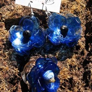 Kék virág szett pet palackból készült újrahasznosított fülbevaló és gyűrű, Ékszerszett, Ékszer, Újrahasznosított alapanyagból készült termékek, Kék pet palackból aprólékos munkával készített virág formájú fülbevaló és gyűrű.\n\na virágok legnagyo..., Meska
