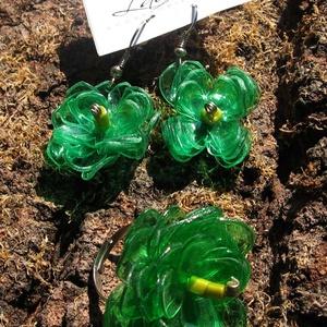 Zöld virág szett pet palackból készült újrahasznosított fülbevaló és gyűrű, Ékszerszett, Ékszer, Újrahasznosított alapanyagból készült termékek, Zöld pet palackból aprólékos munkával készített virág formájú fülbevaló és gyűrű.\n\na virágok legnagy..., Meska