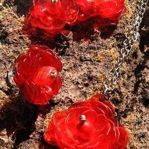 Piros virág szett pet palackból készült újrahasznosított fülbevaló, gyűrű és medál, Ékszerszett, Ékszer, Újrahasznosított alapanyagból készült termékek, Piros pet palackból aprólékos munkával készített virág formájú fülbevaló, gyűrű és medál.\n\nA fülbeva..., Meska