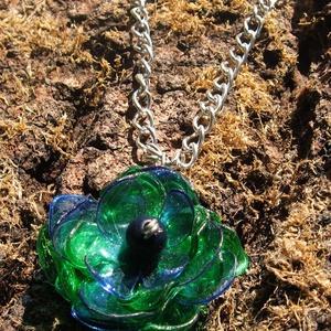 Kék és zöld virág pet palackból készült újrahasznosított nyaklánc, Medálos nyaklánc, Nyaklánc, Ékszer, Újrahasznosított alapanyagból készült termékek, Kék és zöld pet palackból aprólékos munkával készített virág formájú nyaklánc. \n\na virág legnagyobb ..., Meska