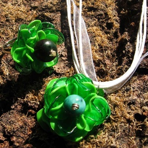 Zöld virág szett PET palackból készült újrahasznosított gyűrű és nyaklánc, Ékszerszett, Ékszer, Újrahasznosított alapanyagból készült termékek, Zöld pet palackokból aprólékos munkával készített virág formájú fülbevaló. \n\na virág legnagyobb kite..., Meska
