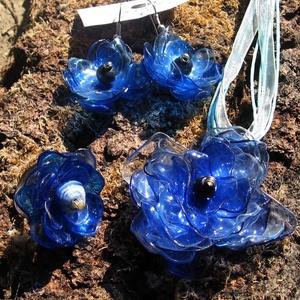 Kék virág szett pet palackból készült újrahasznosított nyaklánc, fülbevaló és gyűrű, Ékszerszett, Ékszer, Újrahasznosított alapanyagból készült termékek, Kék pet palackból aprólékos munkával készített virág formájú nyaklánc, fülbevaló és gyűrű.\n\na virágo..., Meska