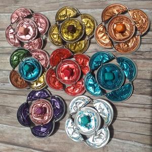 Virág formájú Nespresso kávékapszula kitűző, Ékszer, Kitűző, Kitűző & Bross, Nespresso kávékapszulákból készültek ezek a kitűzők. Kedves, színes virágformák, fa gyönggyel a köze..., Meska