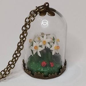 Üvegmedál nárciszokkal és ametiszttel, Ékszer, Nyaklánc, Medálos nyaklánc, Gyurma, Egy apró nárciszcsokor, ami mindig a tavaszra emlékeztet. \nA virágok között pirinyó katicák és ameti..., Meska