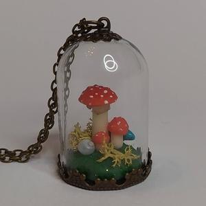 Üvegmedál gombákkal és türkizzel, Ékszer, Nyaklánc, Statement nyaklánc, Gyurma, Egy csapat légyölő galócát ültettem ebbe az üvegharang medálba, akik pár egy darabka türkiz mellett ..., Meska