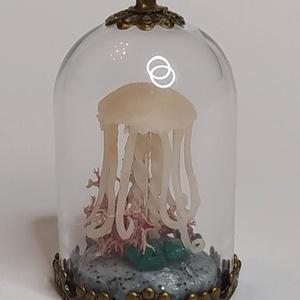 Medúzás üvegmedál malachittal, Ékszer, Nyaklánc, Medálos nyaklánc, Gyurma, Ebben az üvegharang medálban egy kis medúzát mintáztam meg, amint egy pici malachit kövecske, csigák..., Meska