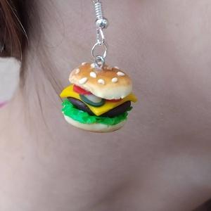 Hamburger / sajtburger formájú fülbevaló, Ékszer, Fülbevaló, Lógós fülbevaló, Gyurma, Élethű hamburger / sajtburger formájú fülbevaló süthető gyurmából.\nNemesacél fülhoroggal, szilikon s..., Meska