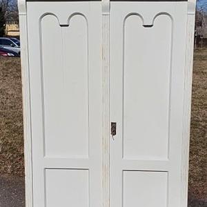 Vintage tömörfa ruhásszekrény, Otthon & Lakás, Bútor, Szekrény, Famegmunkálás, Festészet, A ruhásszekrény eredeti állapotában lett helyreállítva, felületkezelve és koptatott fehér színt kapo..., Meska