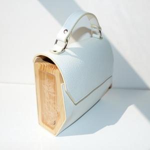 Eloise bag, Táska & Tok, Kézitáska & válltáska, Kézitáska, Bőrművesség, Szín: fehér\n\nAnyaga: marhabőr, fa és gyanta, melyben fehér ruszkusz van\n\nZáródása: mágnes zárral\n\nA ..., Meska