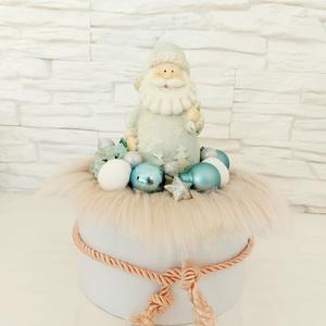 Türkiz Mikulás asztaldísz, Karácsony & Mikulás, Mikulás, Virágkötés, Fehér elegáns kör alakú dobozon türkiz Mikulás díszítés, Meska