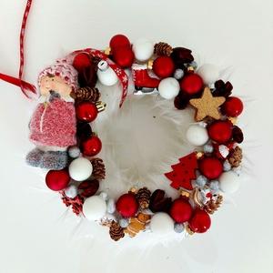 Piros kopogtató, Karácsony & Mikulás, Karácsonyi kopogtató, Virágkötés, Télies, piros klasszikus kopogtató\nKarácsonyi kis díszek itt-ott elrejtve, Meska