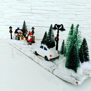 Téli tájkép fenyőkkel, autóval, Karácsony & Mikulás, Karácsonyi dekoráció, Virágkötés, Téli tájkép hóval, autóval, házikóval, lámpákkal, Mikulással fa deszkán, Meska