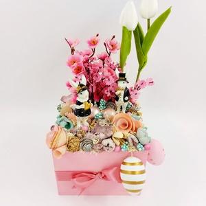 Tavaszi dobozos tulipános aaztaldísz, Otthon & Lakás, Dekoráció, Asztaldísz, Virágkötés, Nagy pasztell rózsaszín dobozos asztaldísz rengeteg természetes terméssel, Meska