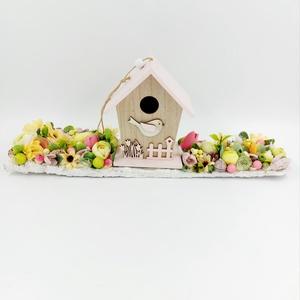Madárházas asztaldísz, Otthon & Lakás, Dekoráció, Asztaldísz, Virágkötés, Madárházikós fa deszkára erősített tavaszi asztaldísz virágokkal, termésekkel, Meska