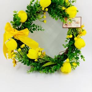 Sárga tavaszi kopogtató ajtódísz tulipánokkal, Otthon & Lakás, Dekoráció, Ajtódísz & Kopogtató, Virágkötés, Igazi frissítő tavaszi ajtódísz tulipánokkal fa felirattal, Meska