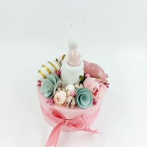 Rózsaszín nyuszis virágdoboz pasztell színben, Otthon & Lakás, Dekoráció, Asztaldísz, Virágkötés, Igazi elegáns rózsaszín nyuszis kerek doboz pasztell termésekkel, fehér nyuszival, Meska