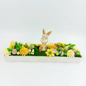 Nyuszis tavaszi virágos asztaldísz, Otthon & Lakás, Dekoráció, Asztaldísz, Virágkötés, Fa tálcás asztaldísz nyuszival virágokkal, termésekkel, Meska