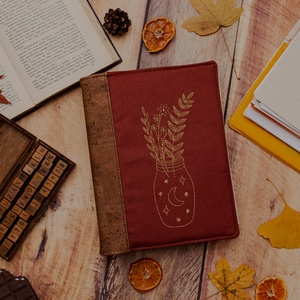 Hímzett Rozsda Vászon - Parafa Bőr Napló, Otthon & lakás, Naptár, képeslap, album, Jegyzetfüzet, napló, Hímzés, Varrás, A naplófedél parafa bőrből és pamut vászonból készül, egyedi botanikai hímzéssel.\n\nMit fogsz kapni:\n..., Meska