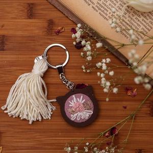 Rózsás hímzett kulcstartó - kerek - orgona, Egyéb, Táska, Divat & Szépség, Kulcstartó, táskadísz, Hímzés, Hímzett kulcstartó virág hímzéssel, kerek mini hímzőkeretben. \nMérete:  4 cm\nKróm kulcskarikával és ..., Meska